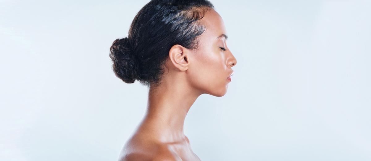 junge frau mit dunklen haaren im profil