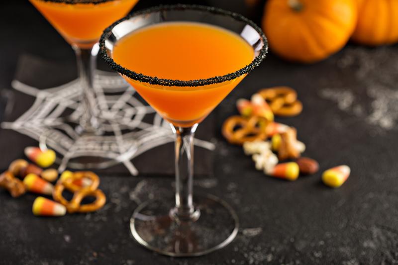 cocktail mit halloween deko auf tisch stehend