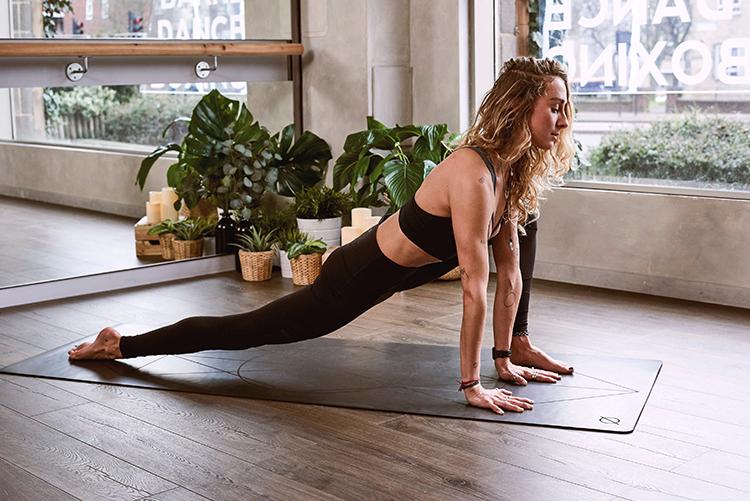 Frau praktiziert Hormon-Yoga