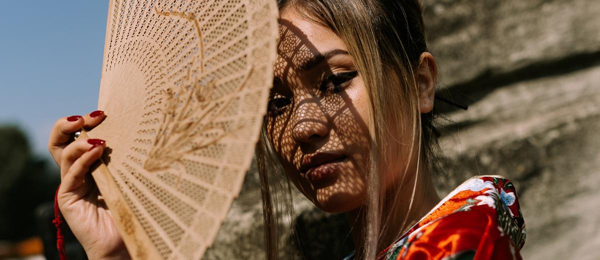 hübsche japanerin mit kimono und fächer