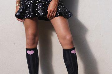 Frau trägt schwarze Kniestrümpfe