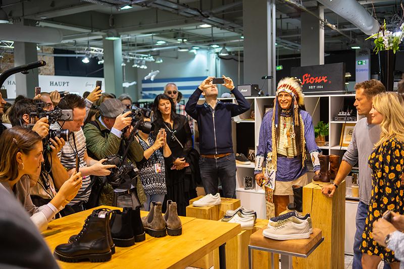luna und til schweiger auf der fashion week berlin am sioux stand