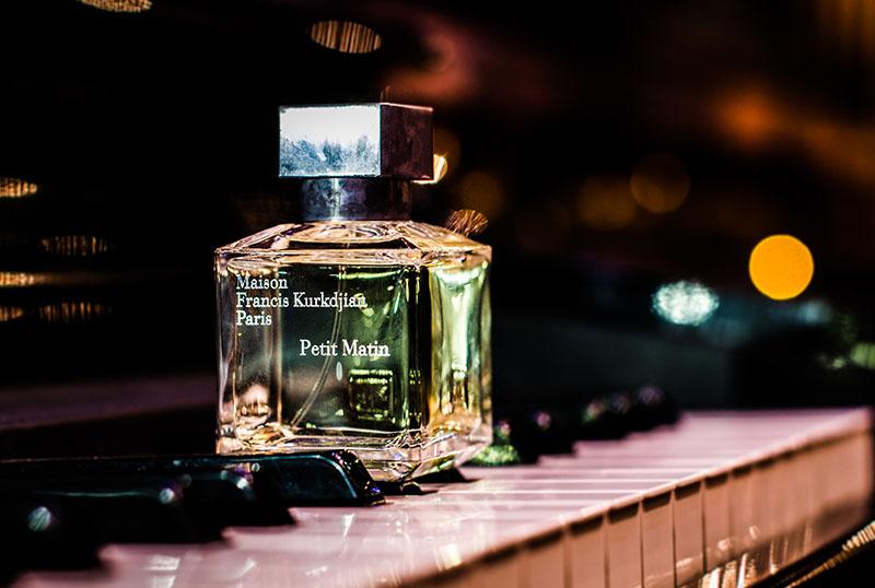 parfum auf klavier stehend