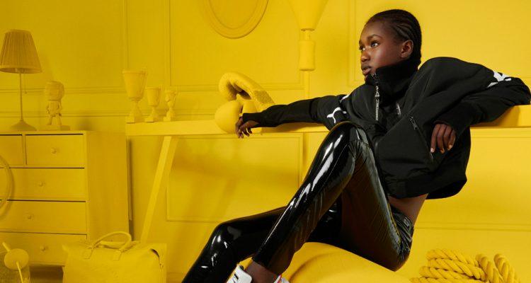 Frau trägt Puma x Lagerfeld Streetstyle Kollektion