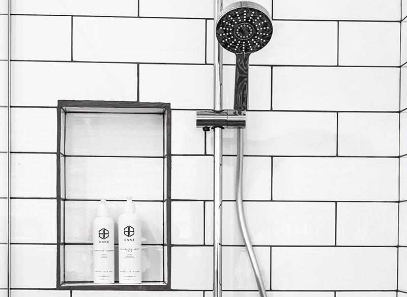 dusche mit weißen kacheln