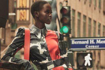 Frau trägt Camouflage Jacke