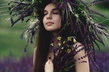 Frau mit großem Blumenkranz auf dem Kopf