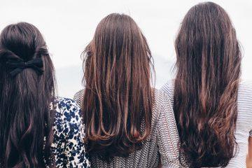 drei ju nge frauen mit langen haaren von hinten
