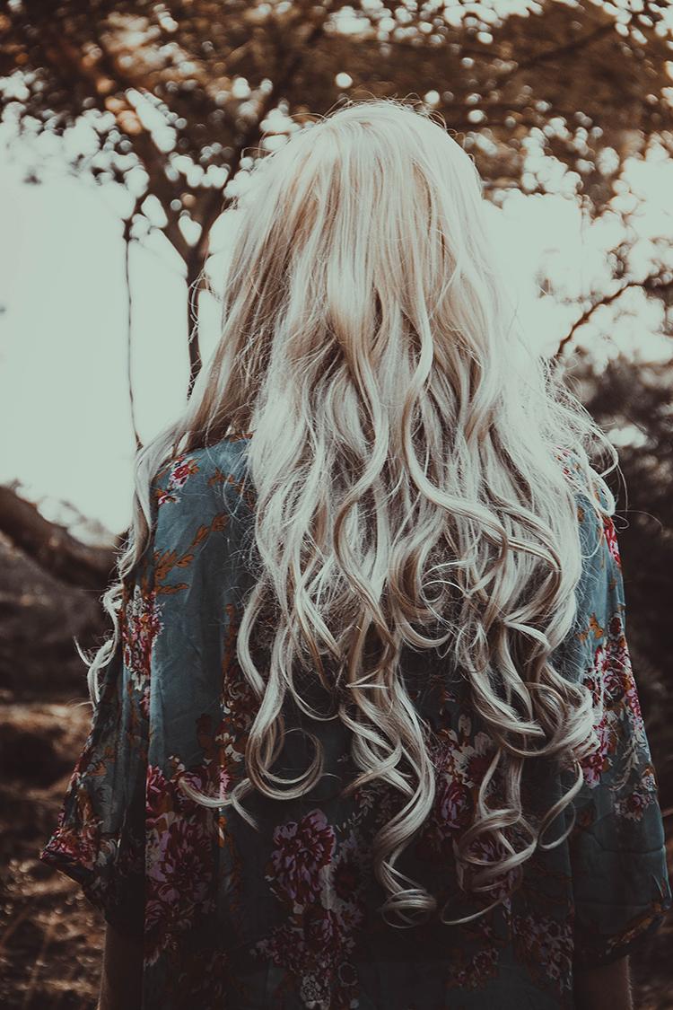 Haarpflege Naturkosmetik Frau mit blonden Locken