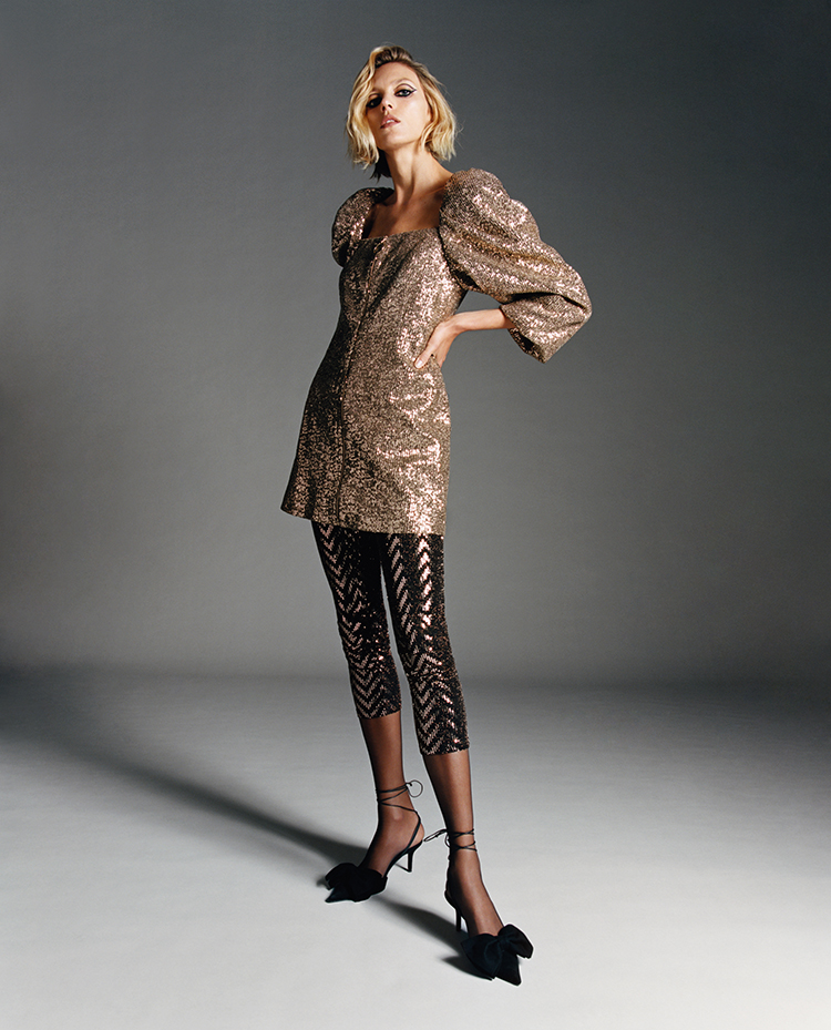 Frau trägt glitzernde Leggings