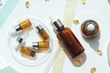 flatlay mit kosmetikflaschen