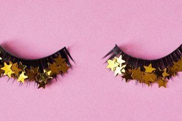 zwei künstliche wimpernbögen mit goldenen sternen