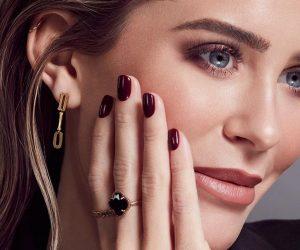 Mrs. Bella mit schwarz lackierten Fingernägel