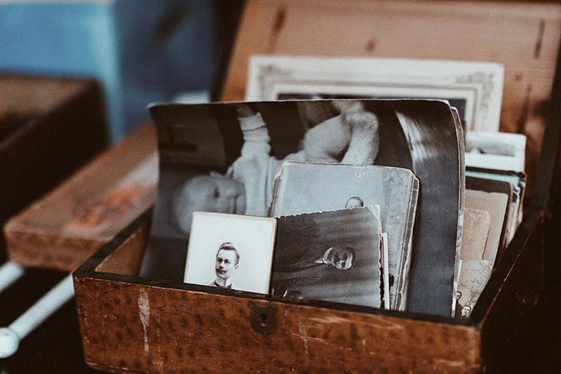 alte schwarz weiß fotos in einer braunen kiste