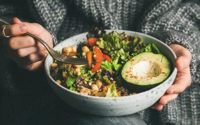 frau mit food bowl in den händen