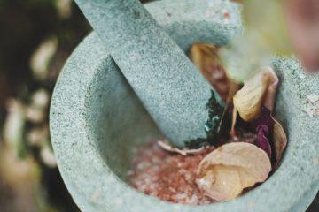 DIY Naturkosmetik Schälchen mit Rosenblättern