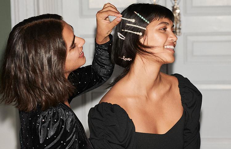 Lachende Frauen mit Perlenspangen