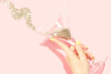 Silvester-Drinks Frauenhand mit Sektglas