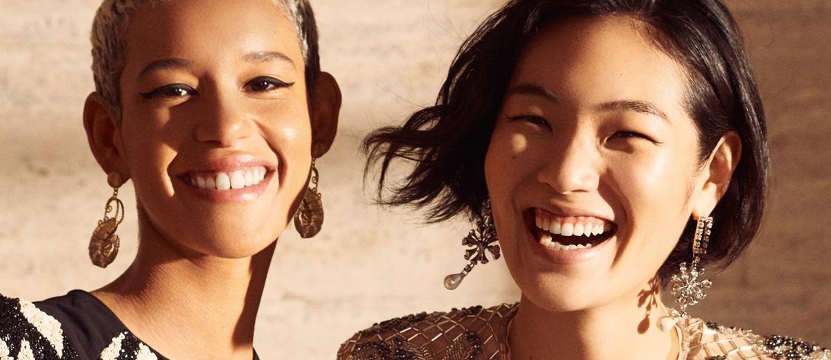 portrait von zwei lachenden jungen frauen