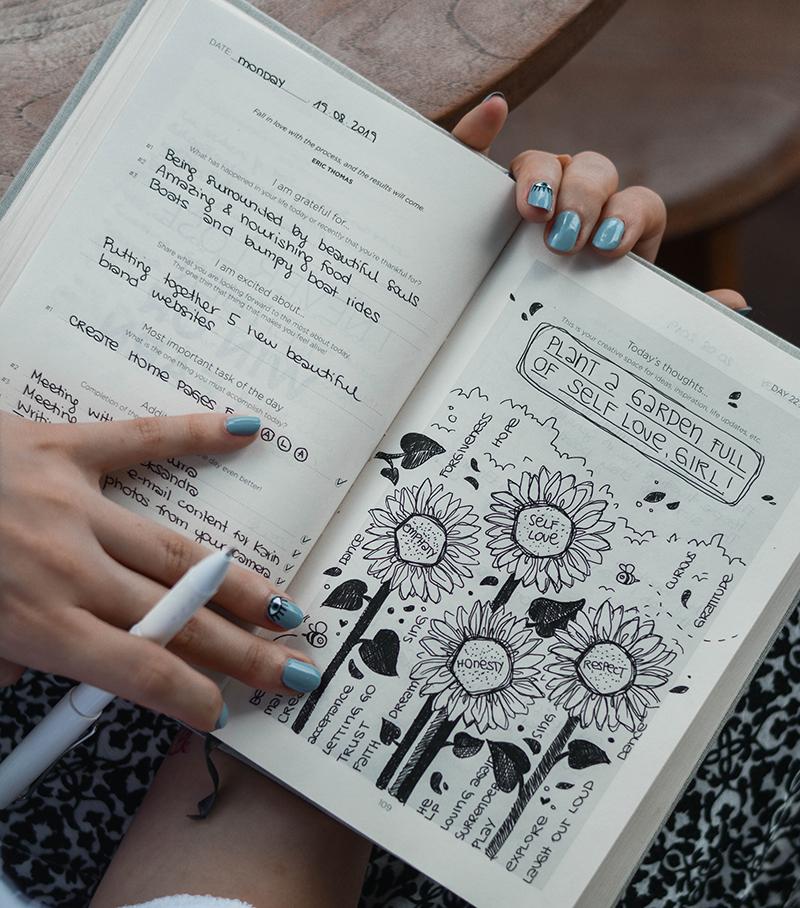 frau schreibt in ein bullet journal