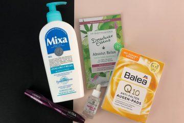 flatlay mit beauty produkten aus der drogerie