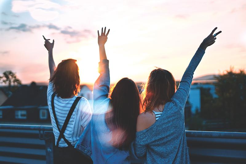 drei freundinnen die sich umarmen