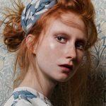 portrait einer jungen frau mit roten haaren