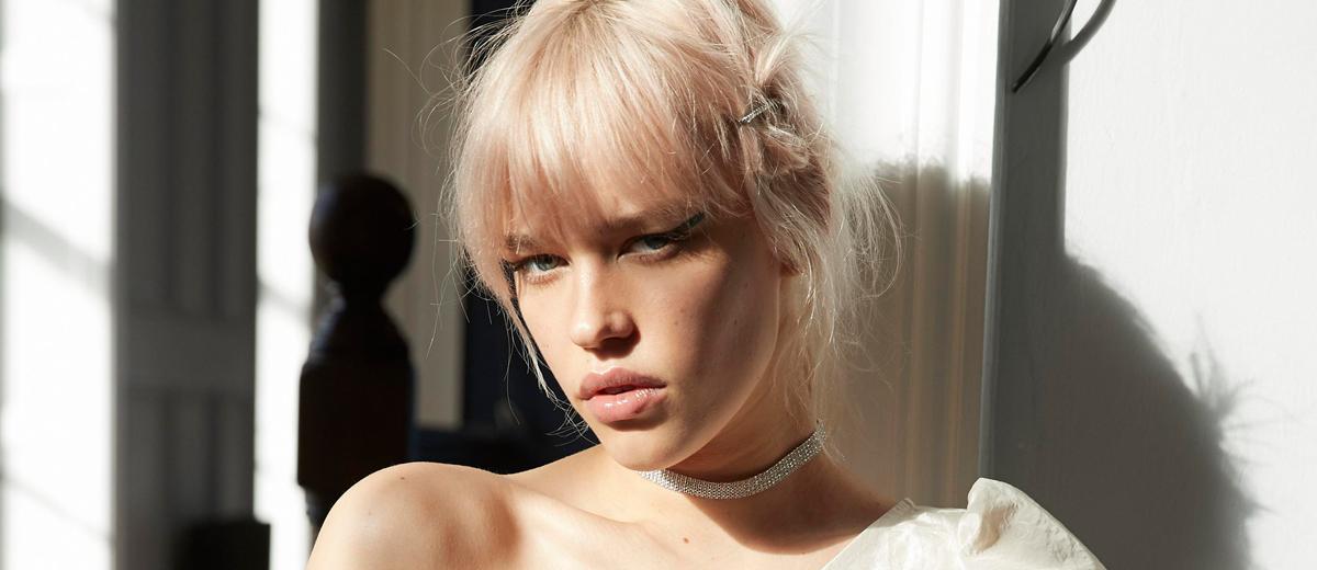 portrait einer jungen frau mit blonden haaren