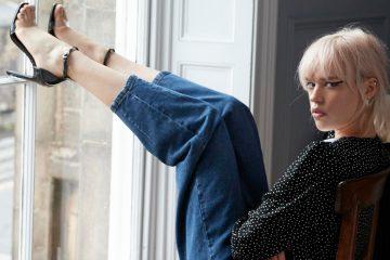 Frau im Modetrend Boyfriend Jeans