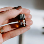 frau hält gesichtsöl in der hand