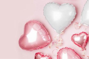 weiße und rosafarbenen luftballons