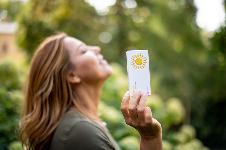 frau hält vitamin d tabletten in der hand