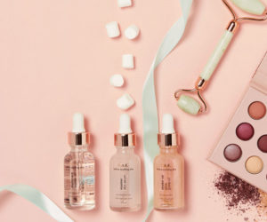 flatlay mit make up produkten