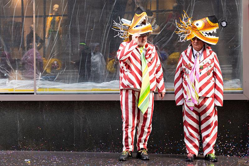 zwei verkleidete männer an fasching