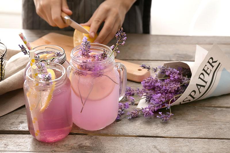 frau bereitet lavendel limonade zu