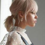 frau mit blonden haaren im profil