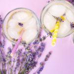 drei gläser mit lavendel limonade