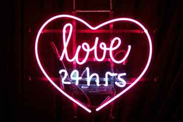 leuchtschild mit der aufschrift love 24 hours