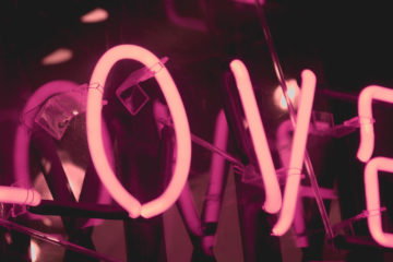 neonschild mit der aufschrift love