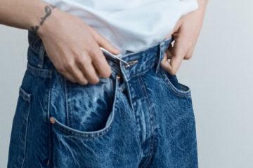 frau mit weiter jeans