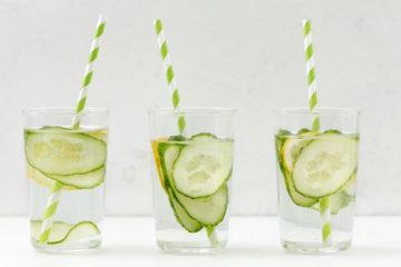 drei gläser mit gurkenwasser