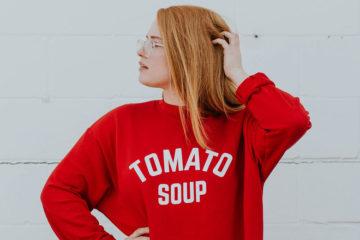junge frau mit rotem sweatshirt
