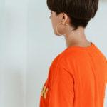 frau mit orangefarbenen t-shirt