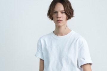 frau mit weißem tshirt