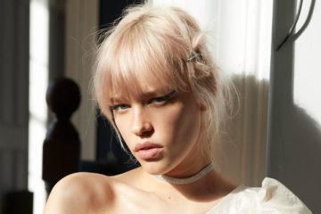 blonde frau mit haarspange