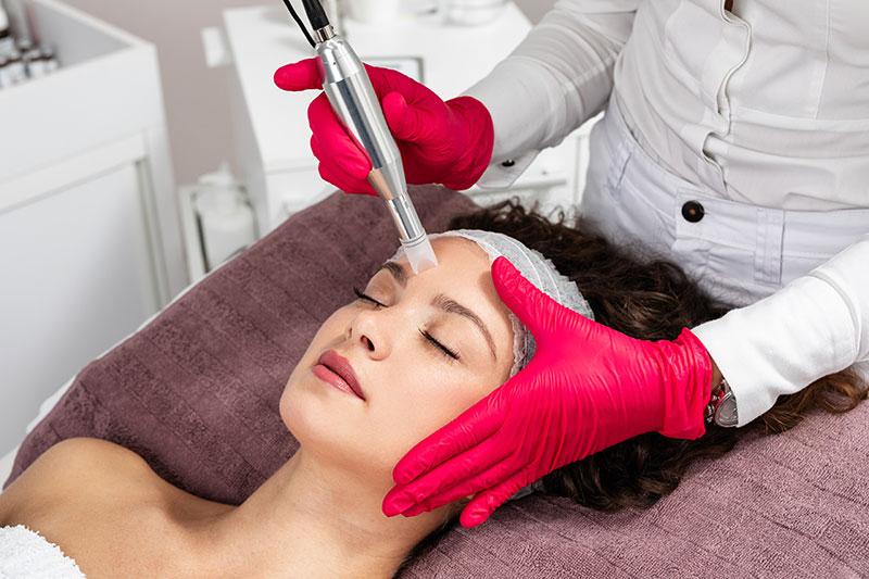 frau bei einer kosmetikbehandlung