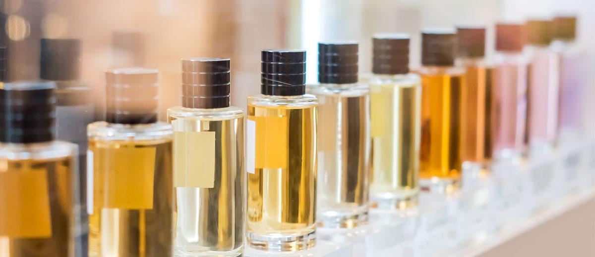 parfum flakons in einer reihe stehend