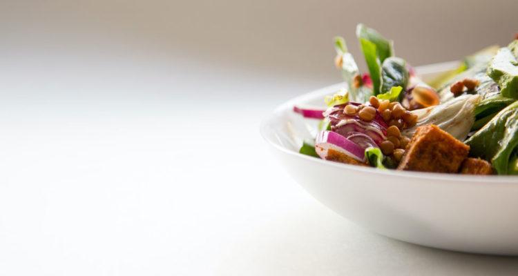 teller mit veganem essen