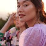 asiatische junge frau im lila kleid