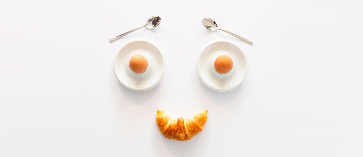 croissant und zwei frühstückseier